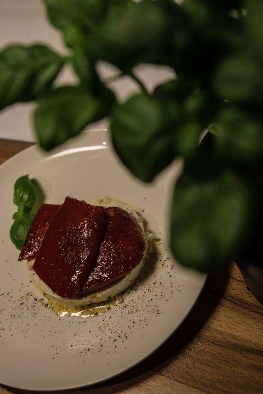Paprika mit Ziegenfrischkäse und Basilikum